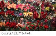 Купить «artificial flowers prepared for sale on display in shop», видеоролик № 33716474, снято 17 марта 2020 г. (c) Яков Филимонов / Фотобанк Лори