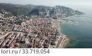 View from drone of famous tourist town of Roses on Catalan coast of Gulf of Roses, Costa Brava, Spain (2019 год). Редакционное видео, видеограф Яков Филимонов / Фотобанк Лори