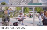 Many happy children in the Mega Swing complex includes 29 swings in Gorky Park (2019 год). Редакционное видео, видеограф Ирина Мойсеева / Фотобанк Лори