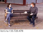 Woman and man in medical masks talking on bench. Стоковое фото, фотограф Яков Филимонов / Фотобанк Лори