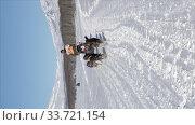 Vertical video male mushing sled dog team, running on snow distance Sled Dog Racing Competition. Редакционное видео, видеограф А. А. Пирагис / Фотобанк Лори