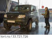 Российский автомобиль УАЗ-ПАТРИОТ на мойке самообслуживания. Редакционное фото, фотограф Виктор Карасев / Фотобанк Лори