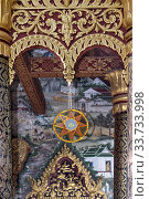Vergoldete Holzornamente zwischen den Eingangssäulen zum Tempel Wat Pa Phai, im Hintergrund Wandmaleieren mit Darstellungen des traditionellen ländlichen... Стоковое фото, фотограф Zoonar.com/mike / easy Fotostock / Фотобанк Лори