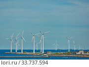 COPENHAGEN, DENMARK - SEPTEMBER 16, 2017: Offshore wind turbines park in Copenhagen - Wind is an highly-available resource in northern Europe, particularly in countries such as Denmark. Стоковое фото, фотограф Zoonar.com/Jiri Vondrous / age Fotostock / Фотобанк Лори