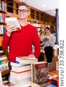 Купить «guy standing in bookstore looking at book», фото № 33738822, снято 18 января 2018 г. (c) Яков Филимонов / Фотобанк Лори