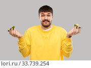 Купить «confused young man with avocado shrugging», фото № 33739254, снято 22 февраля 2020 г. (c) Syda Productions / Фотобанк Лори
