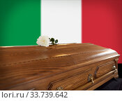 rose flower on wooden coffin over flag of italy. Стоковое фото, фотограф Syda Productions / Фотобанк Лори