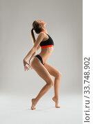 Купить «Slim girl in sportswear profile shot», фото № 33748902, снято 18 апреля 2020 г. (c) Гурьянов Андрей / Фотобанк Лори