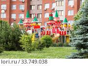 Купить «Детская игровая площадка в виде Кремля во дворе Зеленограда в Москве», фото № 33749038, снято 7 июня 2020 г. (c) Evgenia Shevardina / Фотобанк Лори
