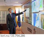 King Felipe VI of Spain visits National Center for Monitoring and Coordination of Emergencies (CENEM) on May 14, 2020 in Madrid, Spain. Редакционное фото, фотограф Manuel Cedron / age Fotostock / Фотобанк Лори