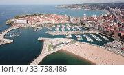 Купить «Day aerial cityscape of Gijon coast with sand beach, Spain», видеоролик № 33758486, снято 15 июля 2019 г. (c) Яков Филимонов / Фотобанк Лори