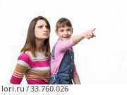 Купить «Счастливая девочка показывает что то маме пальцем, изолировано на белом фоне», фото № 33760026, снято 15 мая 2020 г. (c) Иванов Алексей / Фотобанк Лори