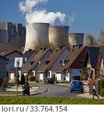 Купить «Wohnsiedlung vor dem RWE Kraftwerk Weisweiler, Inden, Nordrhein-Westfalen, Deutschland, Europa», фото № 33764154, снято 2 июня 2020 г. (c) age Fotostock / Фотобанк Лори