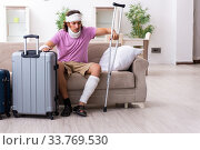 Купить «Young injured man preparing for the trip», фото № 33769530, снято 15 августа 2019 г. (c) Elnur / Фотобанк Лори