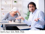 Купить «Young male doctor and female oncology patient», фото № 33769766, снято 5 апреля 2019 г. (c) Elnur / Фотобанк Лори