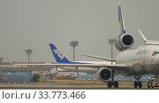 Купить «Traffic of Frankfurt Airport», видеоролик № 33773466, снято 19 июля 2017 г. (c) Игорь Жоров / Фотобанк Лори