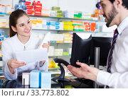 druggist is recommending prescription medicine for male. Стоковое фото, фотограф Яков Филимонов / Фотобанк Лори