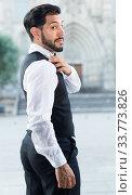 Smartly dressed man shaking dust off shoulder. Стоковое фото, фотограф Яков Филимонов / Фотобанк Лори