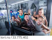 Cheerful family is passing of quest room. Стоковое фото, фотограф Яков Филимонов / Фотобанк Лори