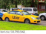 Uber taxi parked on the city street (2019 год). Редакционное фото, фотограф FotograFF / Фотобанк Лори