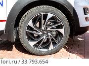 Hyundai car wheel of light alloy disc with tire Kumho (2019 год). Редакционное фото, фотограф FotograFF / Фотобанк Лори