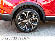 Renault car wheel of light alloy disc with low profile tire Maxxis (2019 год). Редакционное фото, фотограф FotograFF / Фотобанк Лори
