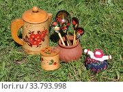 Купить «Русские традиционные сувениры: посуда из бересты, расписные ложки и кукла-травница», фото № 33793998, снято 4 июня 2019 г. (c) Елена Орлова / Фотобанк Лори