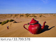 Morocco, Tafilalet region, Merzouga desert, erg Chebbi dunes, making tea in the desert. Стоковое фото, фотограф Philippe Michel / age Fotostock / Фотобанк Лори
