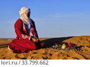 Morocco, Tafilalet region, Merzouga desert, erg Chebbi dunes, making tea in the desert. (2020 год). Редакционное фото, фотограф Philippe Michel / age Fotostock / Фотобанк Лори