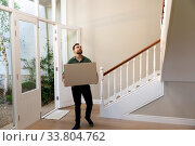 Caucasian man arriving at his new home. Стоковое фото, агентство Wavebreak Media / Фотобанк Лори