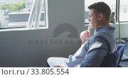 Businessman looking away in modern office. Стоковое видео, агентство Wavebreak Media / Фотобанк Лори