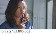 Businesswoman looking away in modern office. Стоковое видео, агентство Wavebreak Media / Фотобанк Лори