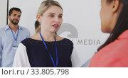 Businesswomen talking in conference room. Стоковое видео, агентство Wavebreak Media / Фотобанк Лори