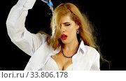 Купить «Woman pour water on herself from bottle. Slow motion of wet hair», видеоролик № 33806178, снято 3 января 2020 г. (c) Gennadiy Poznyakov / Фотобанк Лори