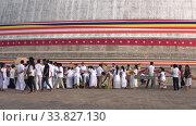 Паломники у подножия гигантской ступы Ruwanveliseya Dagаba. Анурадхапура, Шри-Ланка (2020 год). Редакционное видео, видеограф Виктор Карасев / Фотобанк Лори
