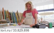 Купить «Caucasian male surfboard makers working in his studio», видеоролик № 33829898, снято 6 марта 2020 г. (c) Wavebreak Media / Фотобанк Лори