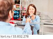 Купить «Frau als Kundin an der Supermarkt Kasse zahlt mit Kreditkarte oder Kundenkarte», фото № 33832278, снято 5 июня 2020 г. (c) age Fotostock / Фотобанк Лори