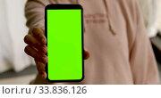 Купить «Woman shows smartphone with green screen», видеоролик № 33836126, снято 23 мая 2020 г. (c) Ekaterina Demidova / Фотобанк Лори