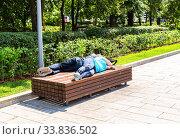 Купить «Homeless people sleeping on the wooden bench», фото № 33836502, снято 8 июля 2019 г. (c) FotograFF / Фотобанк Лори