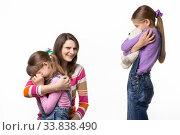 Купить «Мама рассмеялась разобравшись в конфликте двух детей», фото № 33838490, снято 15 мая 2020 г. (c) Иванов Алексей / Фотобанк Лори