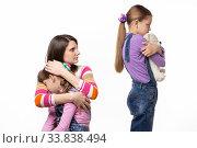 Купить «Мама ругает старшую дочь которая отобрала игрушку у младшей», фото № 33838494, снято 15 мая 2020 г. (c) Иванов Алексей / Фотобанк Лори