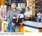 Man with purchases in household store. Стоковое фото, фотограф Яков Филимонов / Фотобанк Лори