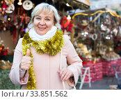 Positive female in tinsel on Christmas fair. Стоковое фото, фотограф Яков Филимонов / Фотобанк Лори