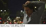 Купить «Caucasian male doing sport in a street in an evening night », видеоролик № 33852554, снято 25 июня 2019 г. (c) Wavebreak Media / Фотобанк Лори