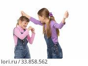 Купить «Девочка бьет другую девочку по голове», фото № 33858562, снято 15 мая 2020 г. (c) Иванов Алексей / Фотобанк Лори
