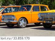 Купить «Советский автомобиль Москвич-408 и Волга ГАЗ-24 в качестве такси», фото № 33859170, снято 20 апреля 2020 г. (c) Евгений Ткачёв / Фотобанк Лори