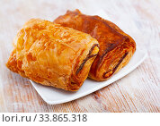 Купить «Neapolitan stuffed with ham and cheese closeup. Delicious breakfast concept», фото № 33865318, снято 3 июня 2020 г. (c) Яков Филимонов / Фотобанк Лори