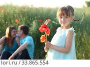 Купить «Семья в поле с маками», фото № 33865554, снято 27 мая 2020 г. (c) Марина Володько / Фотобанк Лори