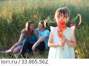 Купить «Семья в поле с маками», фото № 33865562, снято 27 мая 2020 г. (c) Марина Володько / Фотобанк Лори