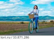 Купить «Natural view with cyclist going somewhere with stylish bike», фото № 33871286, снято 30 мая 2020 г. (c) easy Fotostock / Фотобанк Лори